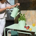 Zestaw mebli iakcesoriów nabalkony miejskie, naktóryskłada się składany stół, taboret, krzesło, donice, konewka, popielniczka, stolik ztacą, szafka zblatem doprzesadzania roślin orazpufy.